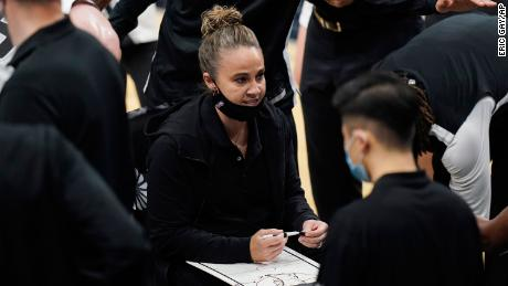 Becky Hammon calls up a play during a second-half hiatus during Tottenham's & # 39;  A match against the Lakers.
