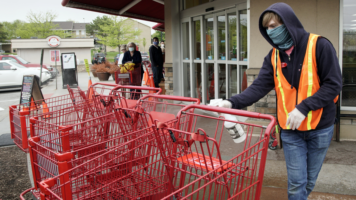Grocers have a strategy to vaccinate their workers: Pay them: NPR