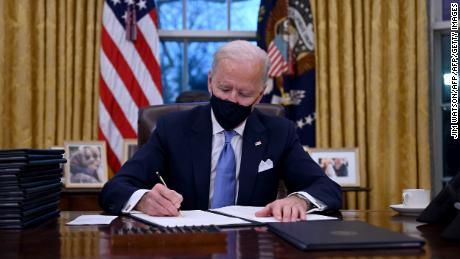 Biden unveils its existing 'Covid-19 plan'  Science, not politics & # 39;  He signs new initiatives